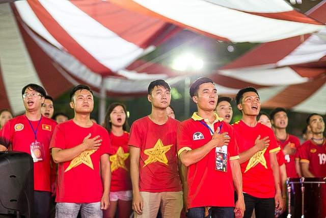 Cổ động viên làm nghi thức chào cờ cùng đội tuyển U23 Việt Nam.