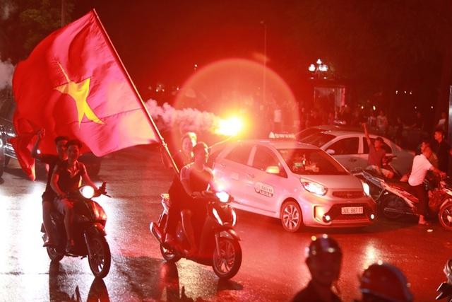 Sau chiến thắng nhiều cổ động viên đã tập trung tại hồ Hoàn Kiếm để ăn mừng chiến thắng của đội tuyển U23 Việt Nam.