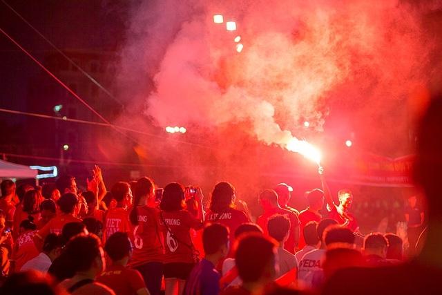 Cổ động viên ăn mừng vì đội tuyển nhà nhờ Công Phượng lên tiếng với cú sút không thể cản phá trong vòng cấm, mở tỷ số cho U23 Việt Nam.