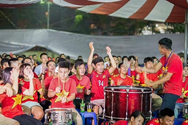 Trống được đánh liên tục mỗi khi đội tuyển U23 Việt Nam lên bóng sang phần sân của đội bạn.