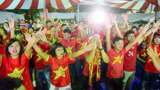 Vào phút 24 lưới của U23 Việt Nam đã rung lên nhưng trọng tài đã bắt lỗi việt vị của cầu thủ Bughammar, khiến nhiều cổ động viên thở phào.