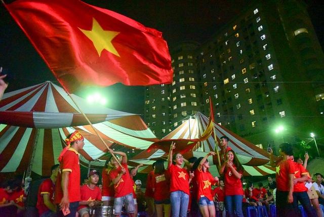 Những cổ động viên ở đây chủ yếu mặc áo cờ đỏ sao vàng, cùng nhau vẫy cờ hò reo cổ vũ cho đội nhà.