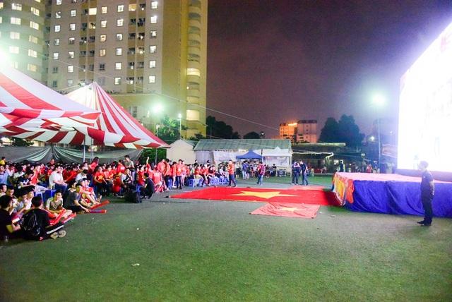 Tại sân đá bóng của Đại học Y Hà Nội, nơi tổ chức xem bóng đá bằng màn hình khổ lớn, hàng trăm cổ động viên đã đến tham gia cổ vũ cho đội tuyển U23 Việt Nam trong trận gặp U23 Bahrain.