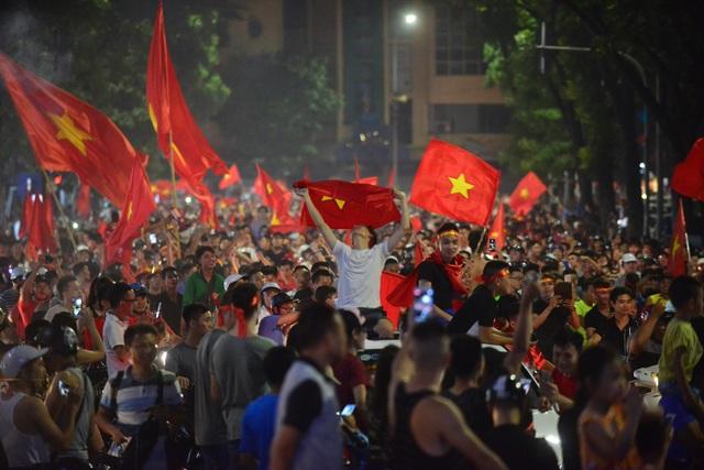 Người hâm mộ Việt Nam ăn mừng chiến thắng trước Bahrain - 12