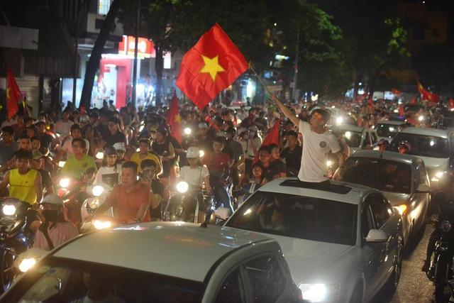 Người hâm mộ Việt Nam ăn mừng chiến thắng trước Bahrain - 15