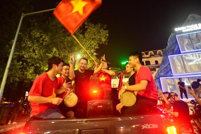 Người hâm mộ Việt Nam ăn mừng chiến thắng trước Bahrain - 14