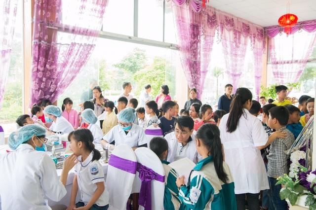 Các bác sĩ trường ĐH Y Hà Nội khám sức khỏe cho học sinh Sơn La