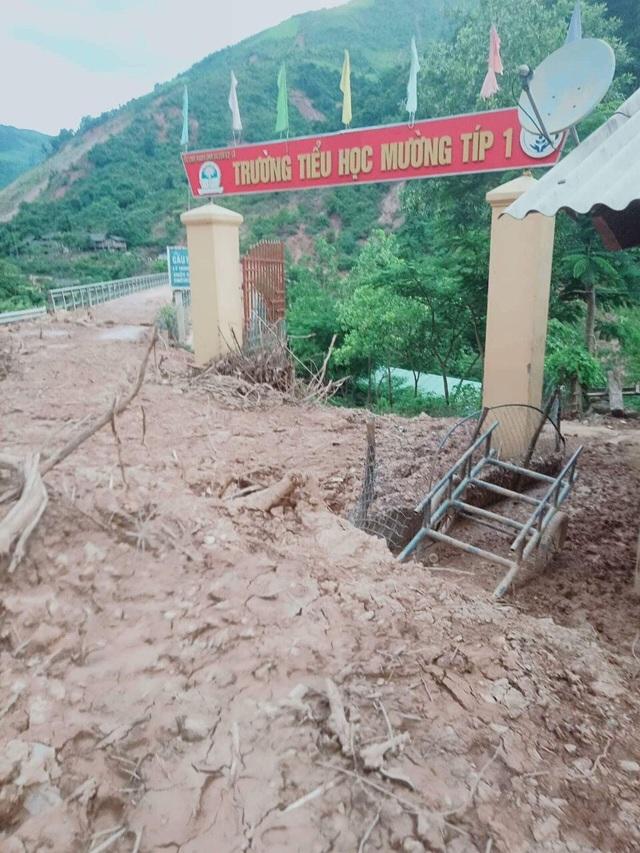 Tại Trường Mầm non Mường Típ tại cơ sở chính và bản Xốp Típ (huyện Kỳ Sơn), nước suối dâng cao và chảy xiết đã làm ngập toàn bộ nhà ở, phòng học và các công trình khác ước tính thiệt hại ban đầu trên 800 triệu đồng.