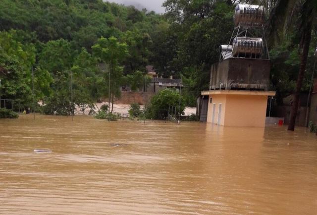Trong đợt mưa lũ do ảnh hưởng của cơn bão số 4 vừa qua, tại huyện miền núi Kỳ Sơn có 12 trường học với 22 phòng học bị ngập, sạt lở. Hàng nghìn bộ sách giáo khoa, đồ dùng học tập, dụng cụ phục vụ việc ăn bán trú của các học sinh bị hư hỏng, lũ cuốn trôi.