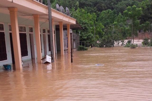 Tại trường Tiểu học Thị Trấn do nước sông dâng cao và chảy xiết đã làm ngập toàn bộ nhà ở (ngập nước trên 1m), phòng học và các công trình khác ước tính thiệt hại ban đầu trên 800 triệu đồng.