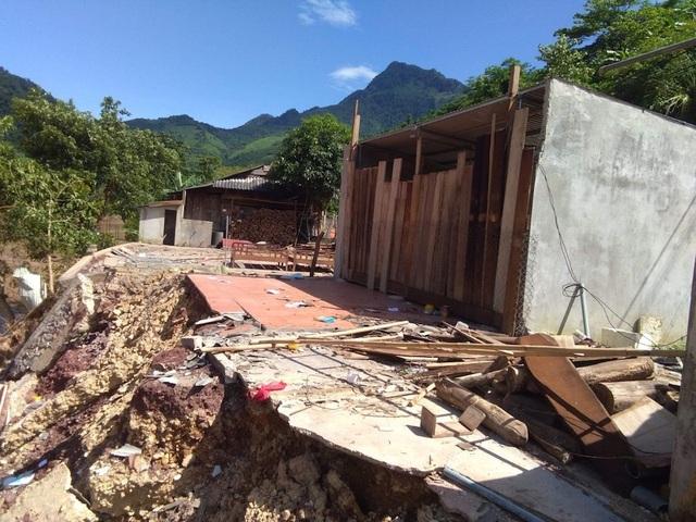 Một số căn nhà của giáo viên tại xã Mỹ Lý bị lũ đánh sập.