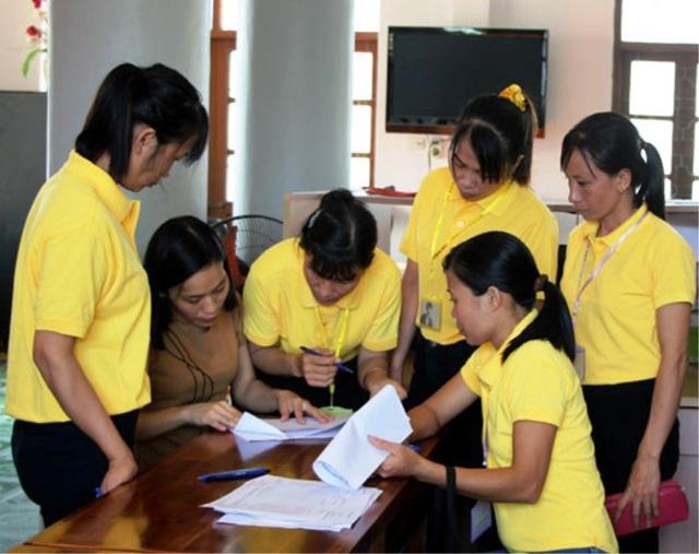 Người lao động ký kết các văn bản chuẩn bị lên đường sang Hàn Quốc làm việc theo thí điểm thời vụ (ảnh: Báo Hà Nam)