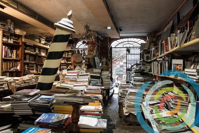 Hiệu sách Libreria Acqua Alta. (Ảnh: Vvenezia)