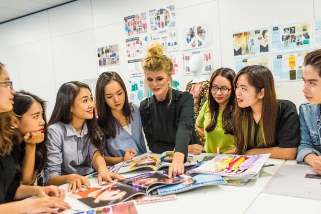 Giảng viên và sinh viên trao đổi trong lớp ngành Quản lý & Kinh doanh Thời trang.