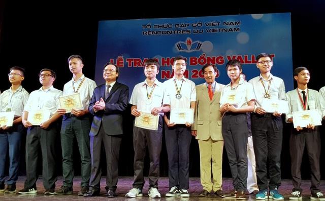 Bộ trưởng Phùng Xuân Nhạ cùng GS Odon Vallet trao học bổng cho các học sinh có thành tích xuất sắc trong các kì thi Quốc tế năm học 2017 – 2018.