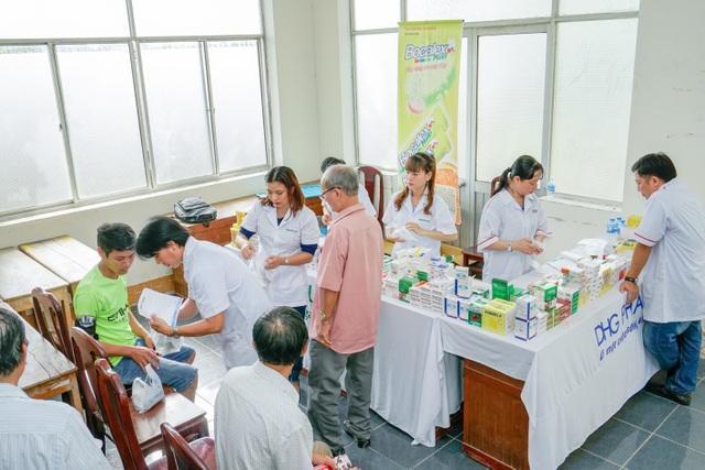 Dược Hậu Giang cùng Đội thầy thuốc tình nguyện khám chữa bệnh và cấp phát thuốc miễn phí cho người nghèo.