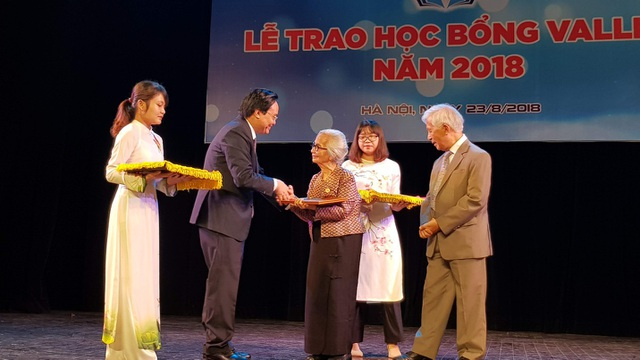 """Nhân dịp này, Bộ trưởng Phùng Xuân Nhạ gửi lời chúc sức khỏe và trao kỉ niệm chương """"Vì sự nghiệp Giáo dục"""" cho GS Trần Thanh Vân và Phu nhân (GS Lê Kim Ngọc)."""