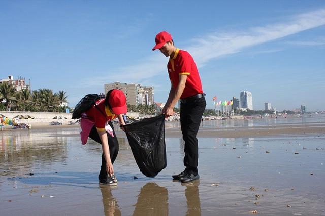 Trước đó, các chiến sĩ áo đỏ VinMart & VinMart+ đã góp sức vào nhiều chiến dịch tình nguyện khác như dọn vệ sinh bãi biển, hoạt động thiện nguyện tại khu dân cư và mới đây nhất là phối hợp cùng TW Đoàn cứu trợ các đồng bào chịu ảnh hưởng của vùng lũ đầu tháng 7 vừa qua.