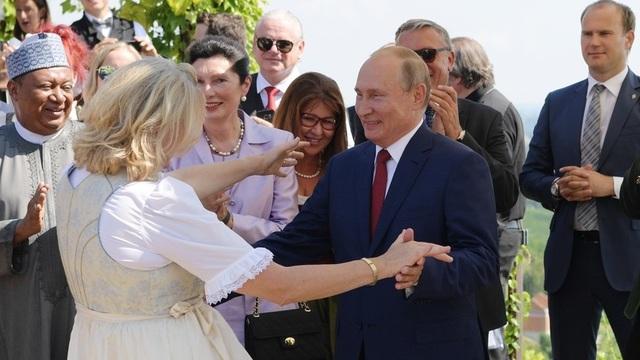 Tổng thống Putin khiêu vũ với Ngoại trưởng Karin Kneiss tại đám cưới (Ảnh: RT)