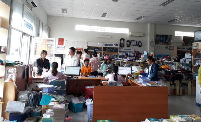 Khách hàng mua sách cho con ở nhà sách thiết bị giáo dục Cần Thơ