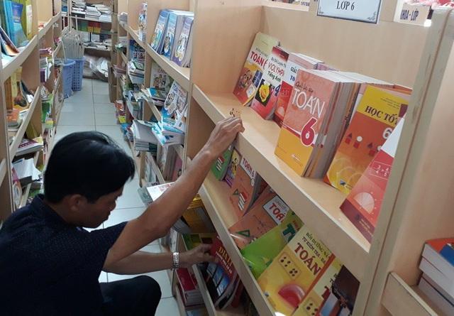 Phụ huynh tìm mua sách lớp 6 cho con