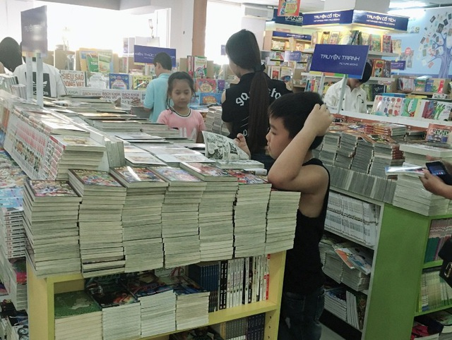 Khách hàng tìm mua sách ở nhà sách Phương Nam Cần Thơ