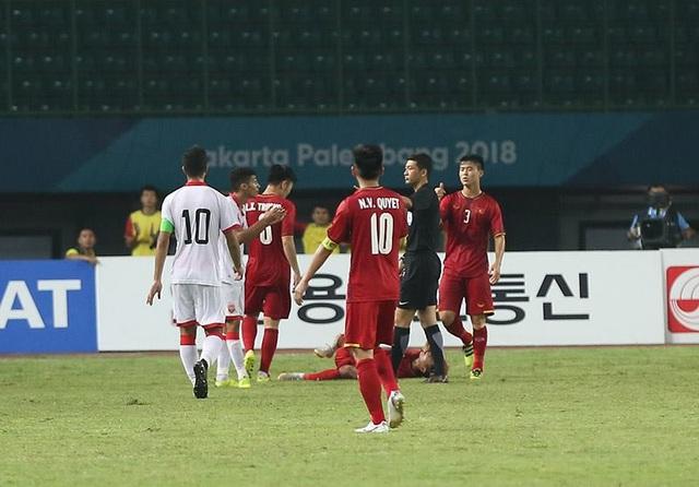 Sanad Ahmed bị đuổi khỏi sân sau tình huống chơi thô bạo với Văn Thanh
