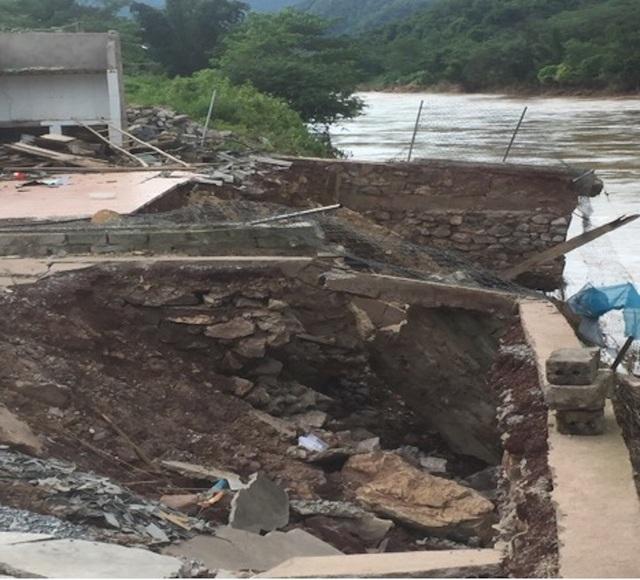 Căn nhà của gia đình thầy giáo Phan Văn Giang bị cơn lũ làm sạt lở, gây sập 2/3 diện tích nền nhà; nước lũ cuốn trôi toàn bộ nhà ở và nhà bếp, công trình phụ... Ước tính tổng thiệt hại khoảng 180 triệu đồng.