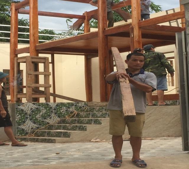 Riêng gia đình thầy giáo Vi Văn Dương lũ lụt đã làm cho toàn bộ nền đất bị sụt lún nền đất, làm nhà bị gãy; Nhà bị nứt nẻ bờ tường, nghiêng lệch; Phải dỡ bỏ toàn bộ nhà ở để đi dựng lại ở nơi khác mặc dù nhà mới làm và mới đưa vào sử dụng khoảng 4 tháng trở lại đây. Ước tính thiệt hại khoảng 185 triệu đồng.