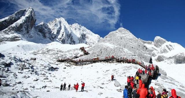 Kể từ đầu năm nay, chính quyền địa phương quyết định áp dụng biện pháp giảm lượng du khách lên núi tuyết mỗi ngày, với hi vọng giảm tác động tiêu cực tới môi trường
