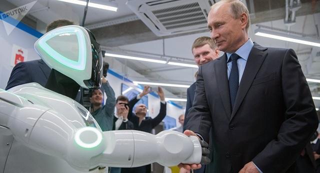 Tổng thống Putin bắt tay một robot (Ảnh: Sputnik)