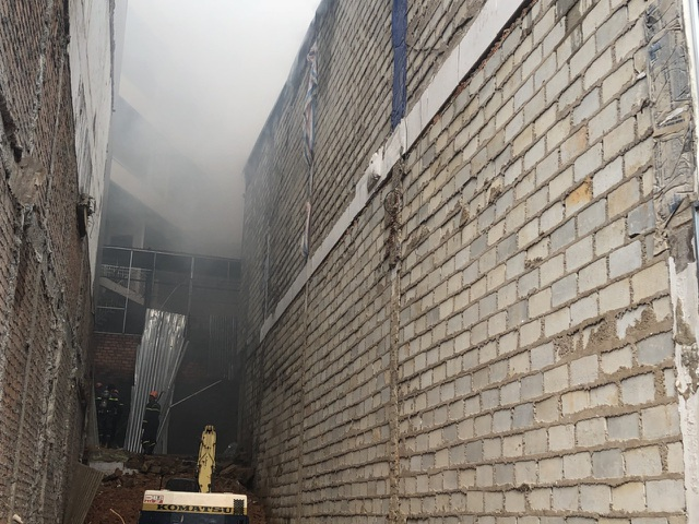 Lực lượng chức năng khống chế không để đám cháy lan qua khách sạn liền kề