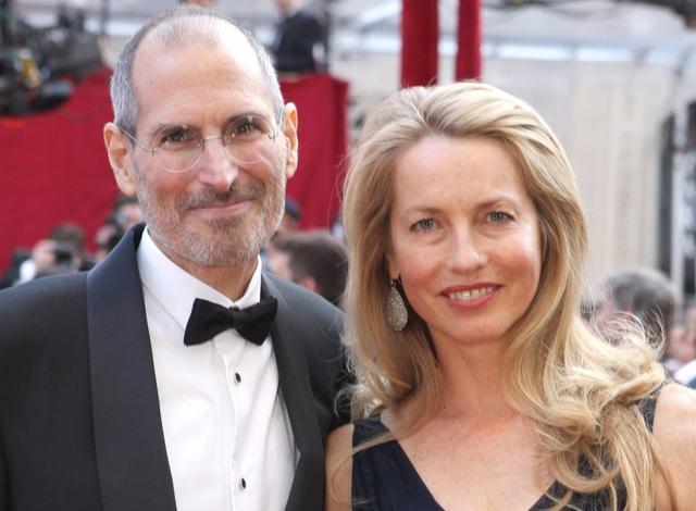 Steve Jobs từng có nhiều mối quan hệ tình cảm rắc rối. Trong ảnh là ông cùng vợ là Powell Jobs, sau khi đã trải qua mối tình cùng Chrisann Brennan và có một người con gái tên là Lisa Brennan-Jobs.
