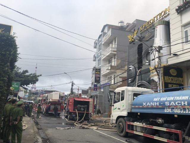 Xe chữa cháy được điều đến hiện trường khống chế đám cháy