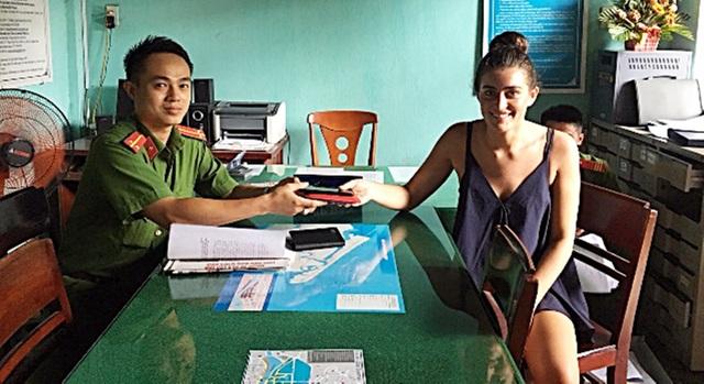Lực lượng Công an Hội An trao trả lại tài sản cho chị Katherine Ruiz