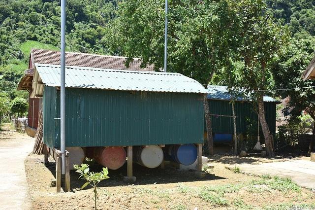 Những căn nhà nổi của người dân xã Tân Hóa