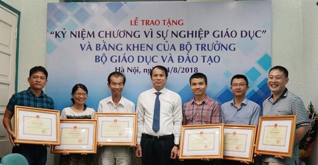 Phó Tổng Biên tập Phạm Tuấn Anh (thứ 3 từ phải sang) và các PV/BTV nhận Bằng khen Vì sự nghiệp Giáo dục.