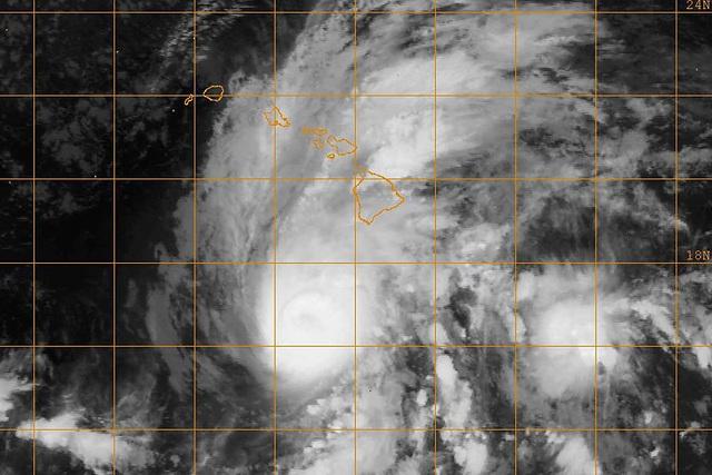 Bão Lane là trận bão mạnh nhất 26 năm qua đổ bộ Hawaii. (Ảnh: US Navy)