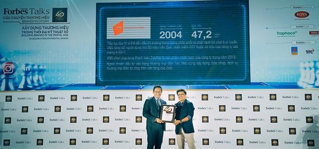 Đại diện VNG (bên trái) đón nhận danh hiệu công ty Việt Nam giá trị nhất năm 2018