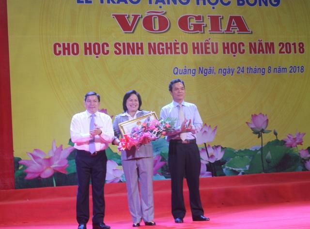 Lãnh đạo tỉnh Quảng Ngãi trao bằng khen cho Quỹ học bổng Võ Gia