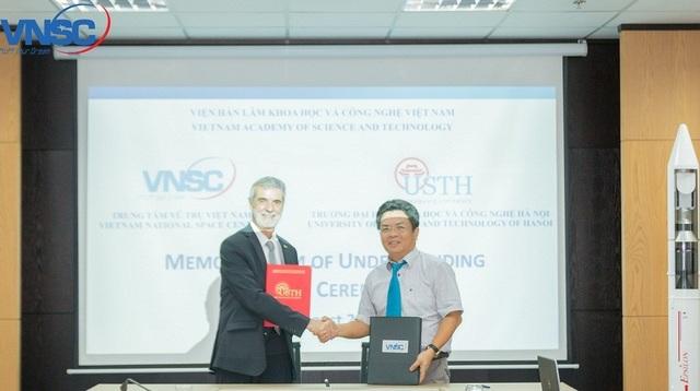 PGS.TS Phạm Anh Tuấn – Tổng Giám đốc VNSC, GS. Patrick Boiron – Hiệu trưởng Trường Đại học USTH ký kết hợp tác.