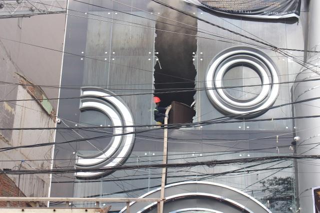 Vụ cháy lớn trên ngôi nhà 2 tầng khiến lực lượng chức năng phải dùng xe thang để dập tắt đám cháy