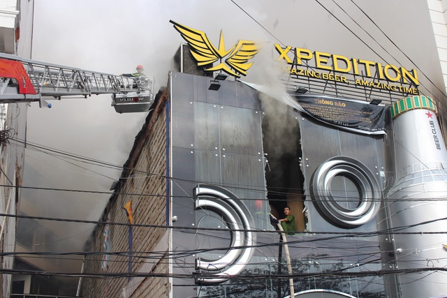 Cháy quán bia giữa trung tâm Đà Lạt, nhiều du khách vội vàng sơ tán - 1