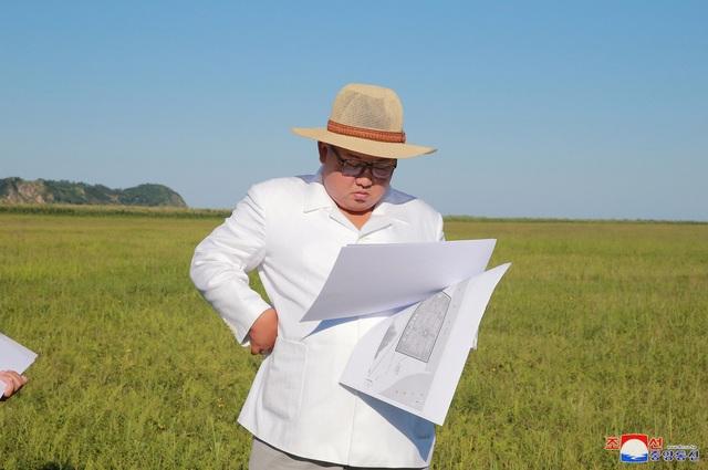 Ông Kim Jong-un xem bản vẽ của một công trình xây dựng ở tỉnh Bắc Hamgyon (Ảnh: Reuters)