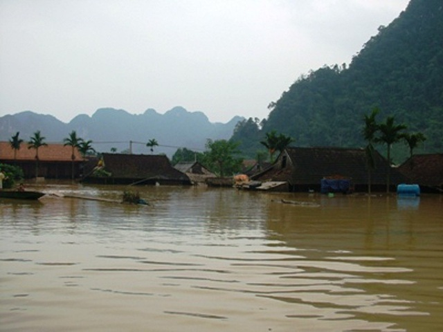 Nước lũ nhấn chìm vùng đất Tân Hóa