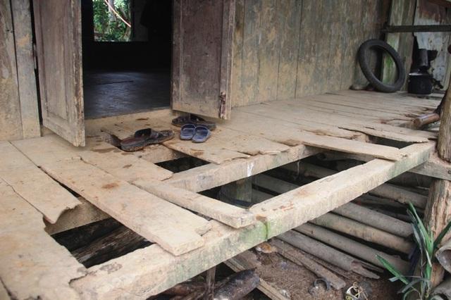 Mặt sàn bị hư hỏng, còn phần mái dột nát.