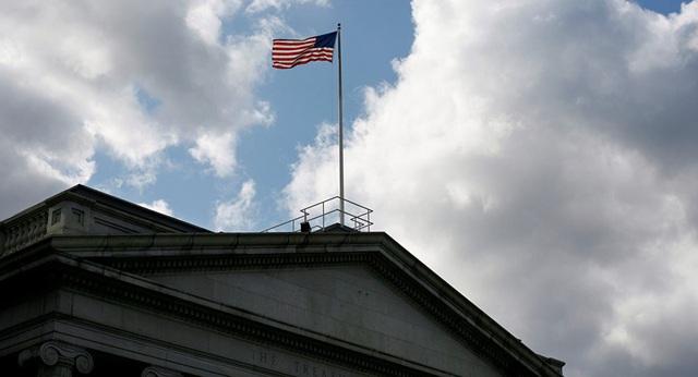 Quốc kỳ Mỹ trên nóc trụ sở Bộ Tài chính Mỹ ở Washington (Ảnh: Reuters)