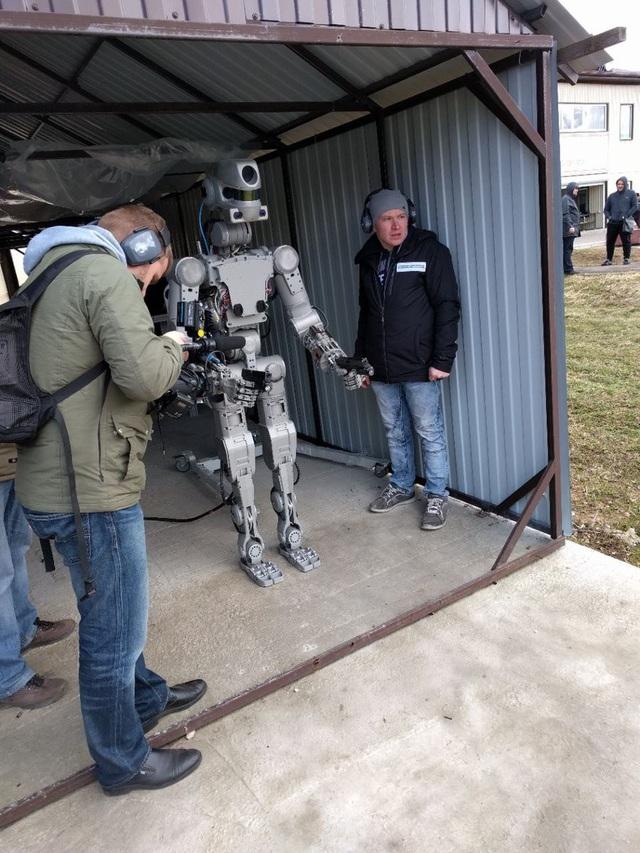 Robot được thiết kế có ngoại hình giống con người của Nga (Ảnh: Twitter)