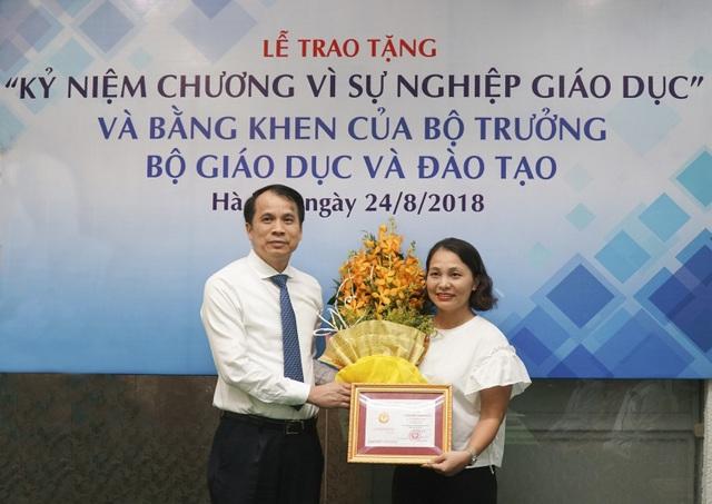 Nhà báo Vũ Thị Hồng Hạnh - Phó Trưởng ban Giáo dục là một trong 2 cá nhân của báo Dân trí vinh dự nhận Kỷ niệm chương Vì sự nghiệp giáo dục của Bộ GD&ĐT.