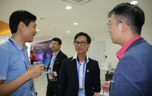 Các tài năng trẻ trao đổi bên lề sự kiện gặp mặt mạng lưới. Ảnh: Nguyễn Thảo